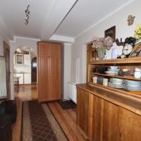 Korytarz z wejściem do pokoju 4 os oraz do kuchni wspólnej w domu