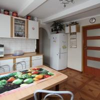 Kuchnia wspólna w domu wraz z wejściem do pokoju 4 os z łazienką